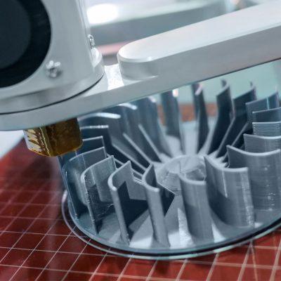 3D-Drucker druckt ein kleines Turbinenrad