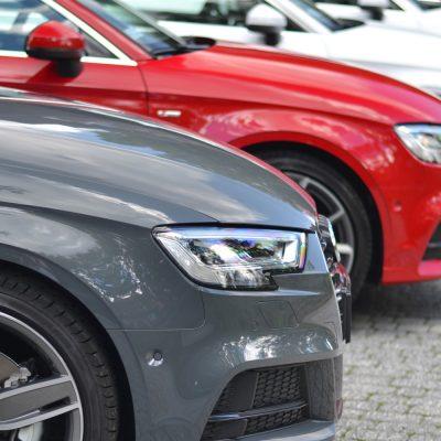 Fahrzeuge auf einem Parkplatz