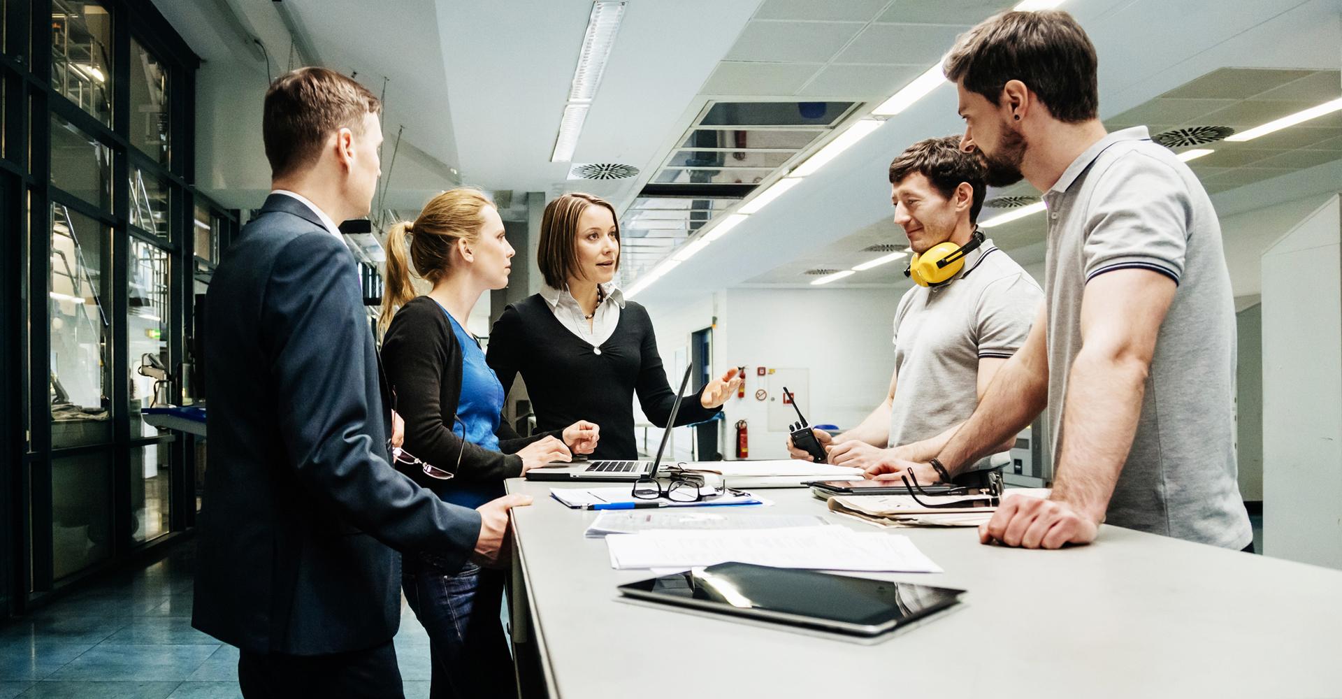 Gemischtes Team diskutiert Projektstatus