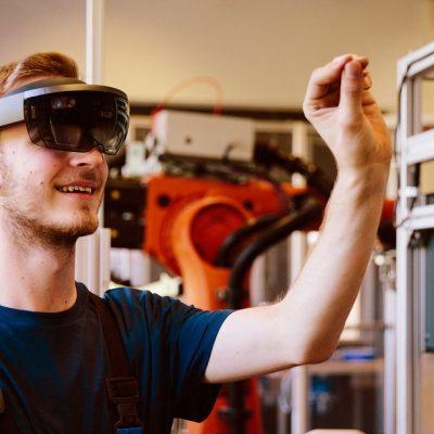 Junger Mitarbeiter mit VR-Brille