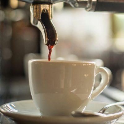 Eine Kaffeetasse unter einer IoT-fähigen Kaffeemaschine