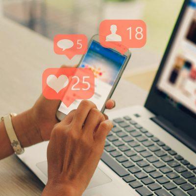 Facebook auf einem Laptop und einem Smartphone