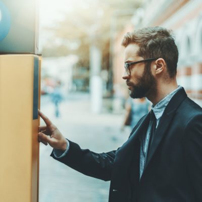 Junger Mann an einem LPWA-Parkscheinautomaten