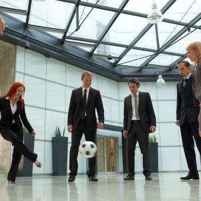 Eine Gruppe von Kollegen spielt Fußball