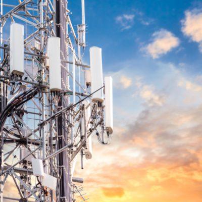 Mobilfunkmast mit vielen Antennen