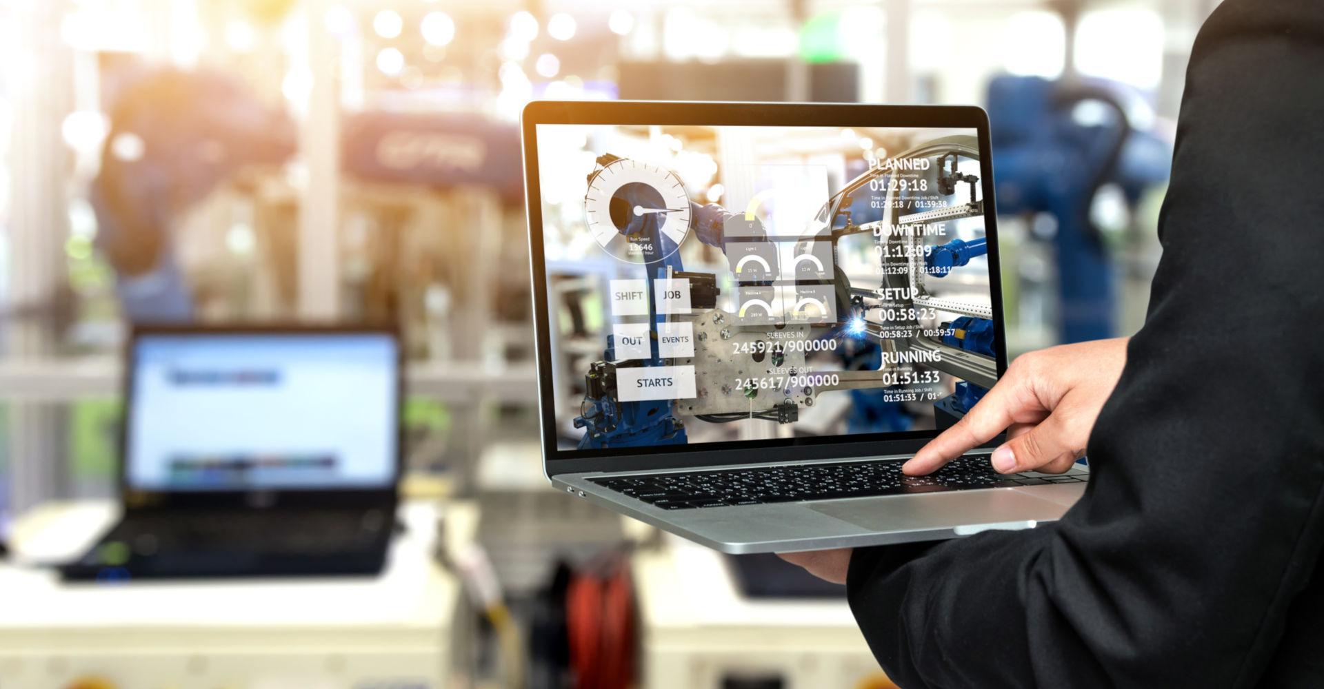 Ein Laptop mit Windows 10 IoT Enterprise überwacht eine Industrieanlage