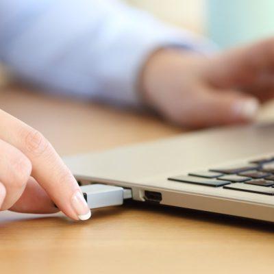 Ein Administrator installiert Windows 10 vom USB-Stick auf einem Laptop