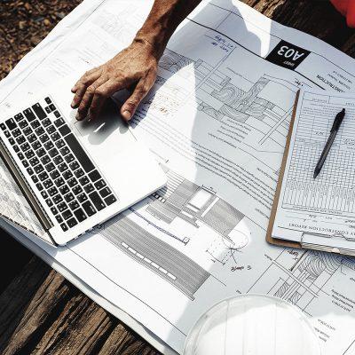 Ein Architekt benötigt einen Businessvertrag, um effizient kommunizieren zu können.