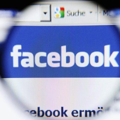 Facebook Business Manager: Das Facebook Logo unter der Lupe.