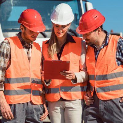 Bauleiter und andere Verantwortliche auf einer Baustelle