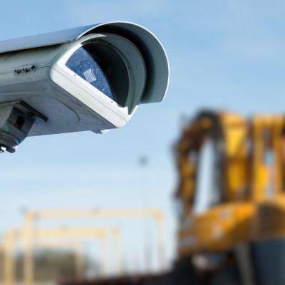 Eine Outdoor-Kamera filmt eine Baustelle