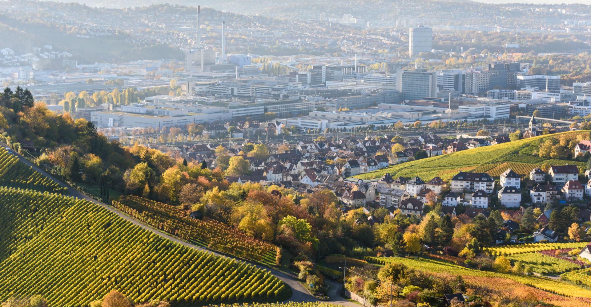 Stuttgart von schräg oben an einem Weinberg aufgenommen