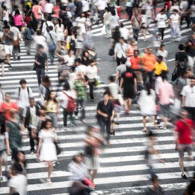Menschenmassen auf einer Straße