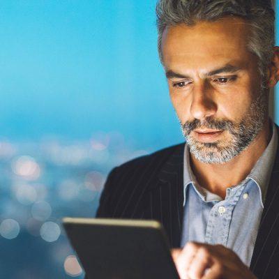 Unternehmensberater arbeitet auf einem Tablet