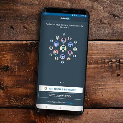 Smartphone mit LinkedIn Anmeldemaske