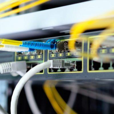 Ein Switch mit Glasfaser- und Kabelports