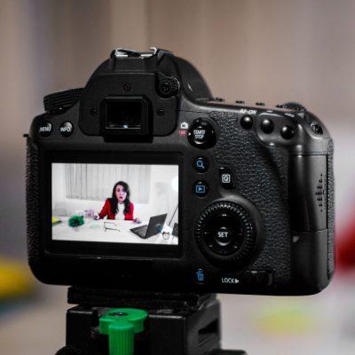 Eine Geschäftsfrau dreht ein YouTube-Video