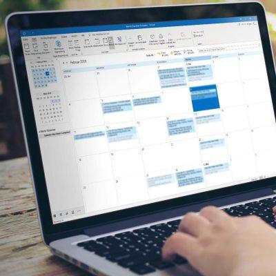 Ein Laptop mit geöffnetem Outlook-365-Kalender