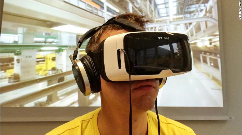 Junger Mann informiert sich mit VR-Brille über Berufsbilder bei der Deutschen Bahn
