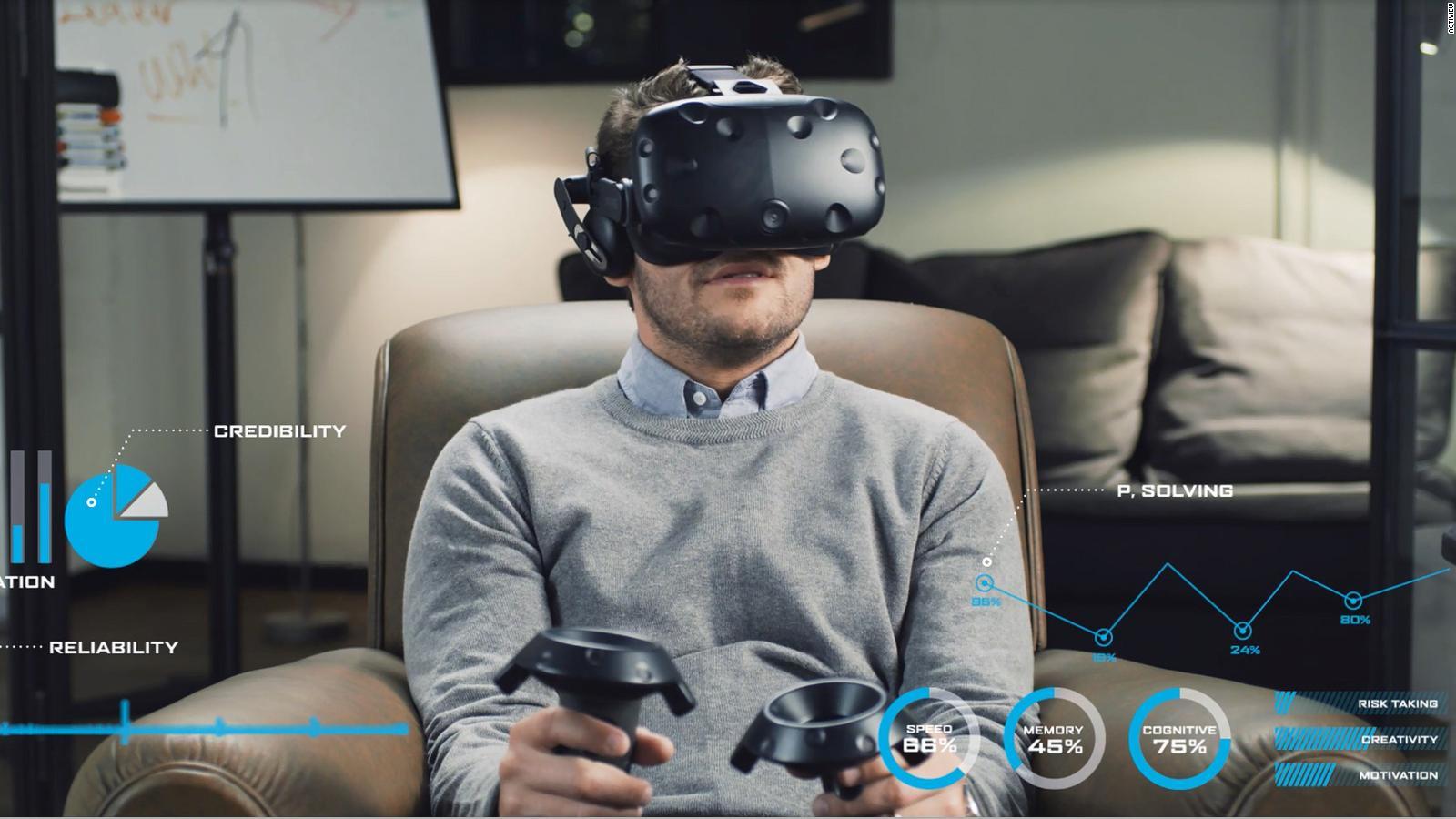 Junger Mann nutzt eine VR-Brille, um sich über einen Job zu informieren.