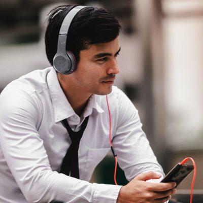 Geschäftsmann schaut Fußball auf seinem Smartphone