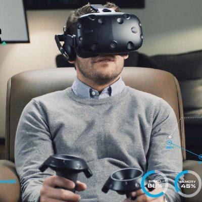 Junger Mitarbeiter testet seine neue Arbeitsumgebung mit einer VR-Brille