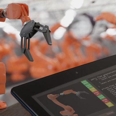 Ein Roboter wird im laufenden Betrieb via Tablet programmiert