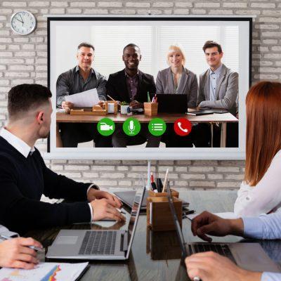 Google-Meet-Sitzung in einem Büro mit Teilnehmern an einem entfernten Ort