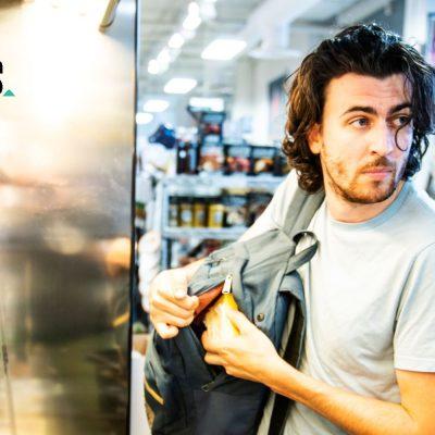 Junger Mann beim Diebstahl in einem Lebensmittelgeschäft