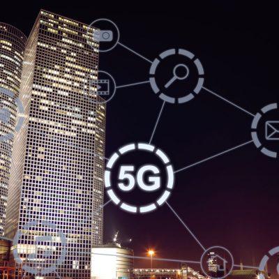 Ansicht einer Stadt bei Nacht mit 5G-Symbol