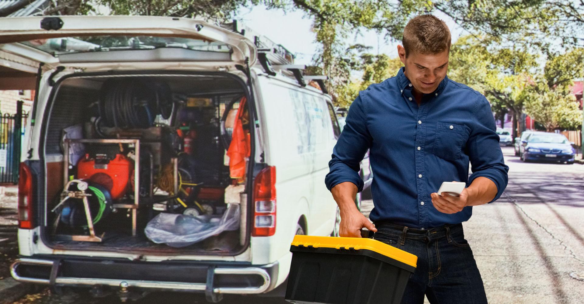Handwerker erfasst seine Arbeitszeit via Smartphone