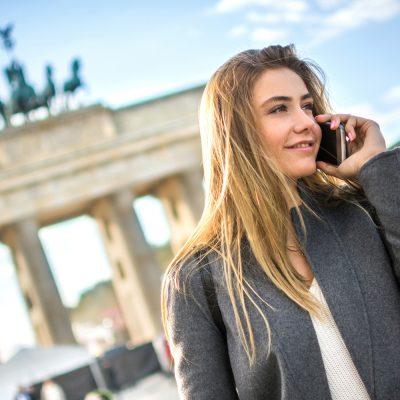 Junge Frau nutzt neue Telefon-Tarife