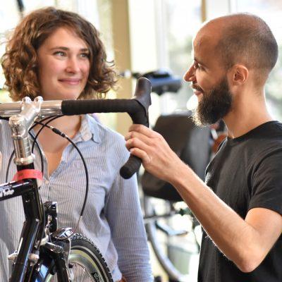 Verkaufsberatung in einem Fahrradladen