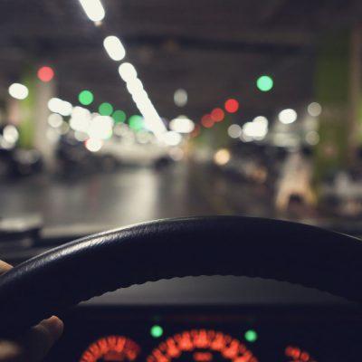 Autofahrer steuert einen freien Parkplatz im Parkhaus an