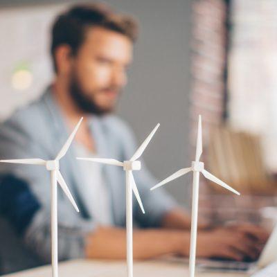 Junger Ingenieur forscht an Windrädern
