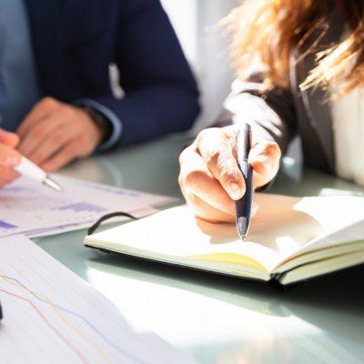 Unternehmerin und Berater besprechen ein Projekt