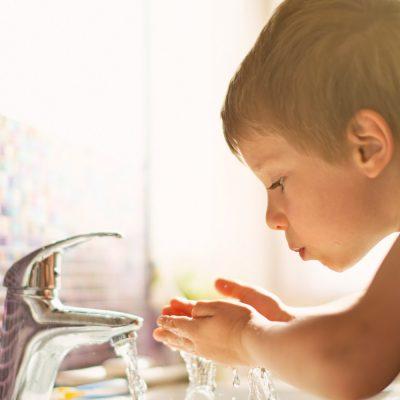 Ein Kind trinkt Leitungswasser