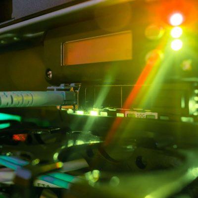 Server-Rack mit Glasfaserkabeln