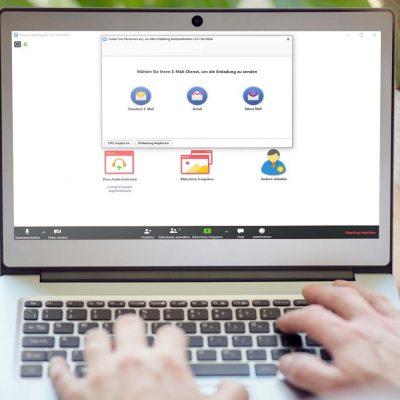 Ein Laptop mit der Zoom-Videokonferenz-Lösung