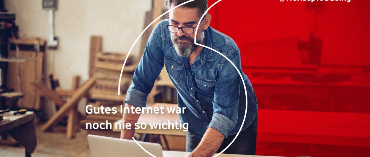 Bild aus Vodafone Kampagne zeigt Mann in Tischlerei