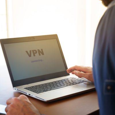 Mann sitzt am Laptop mit VPN