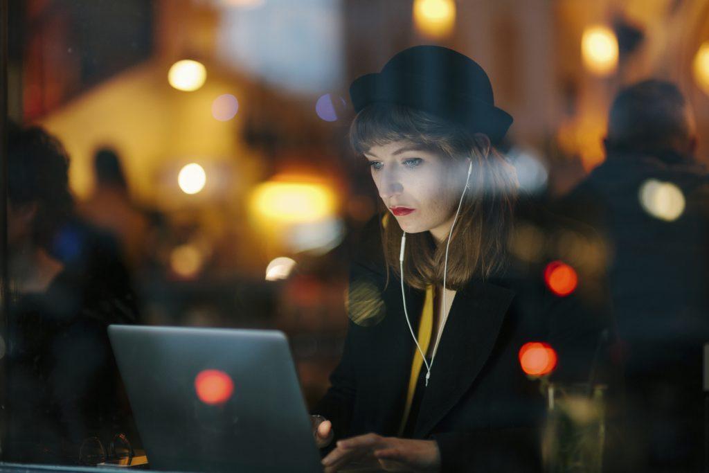 Frau arbeitet in einem Café