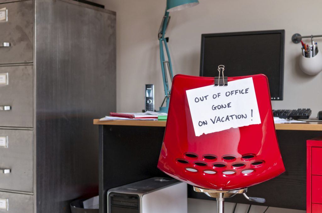 Bürostuhl mit Schild Out of Office