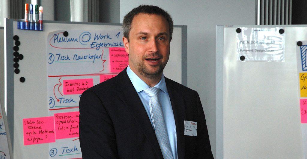 Sebastian Schreiber hält einen Vortrag zu Cyber Security im Vodafone Enterprise Plenum