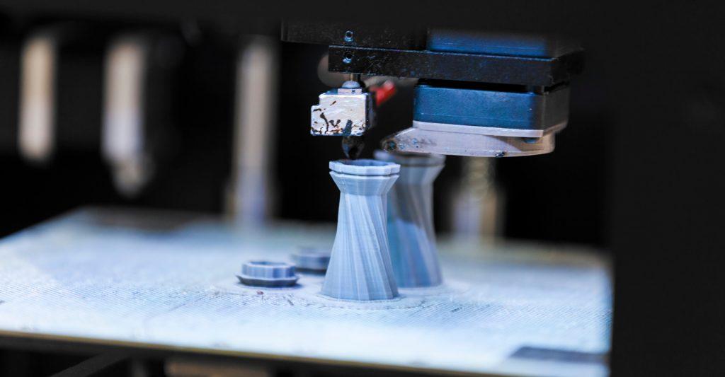 3D Drucker druckt ein Ersatzteil