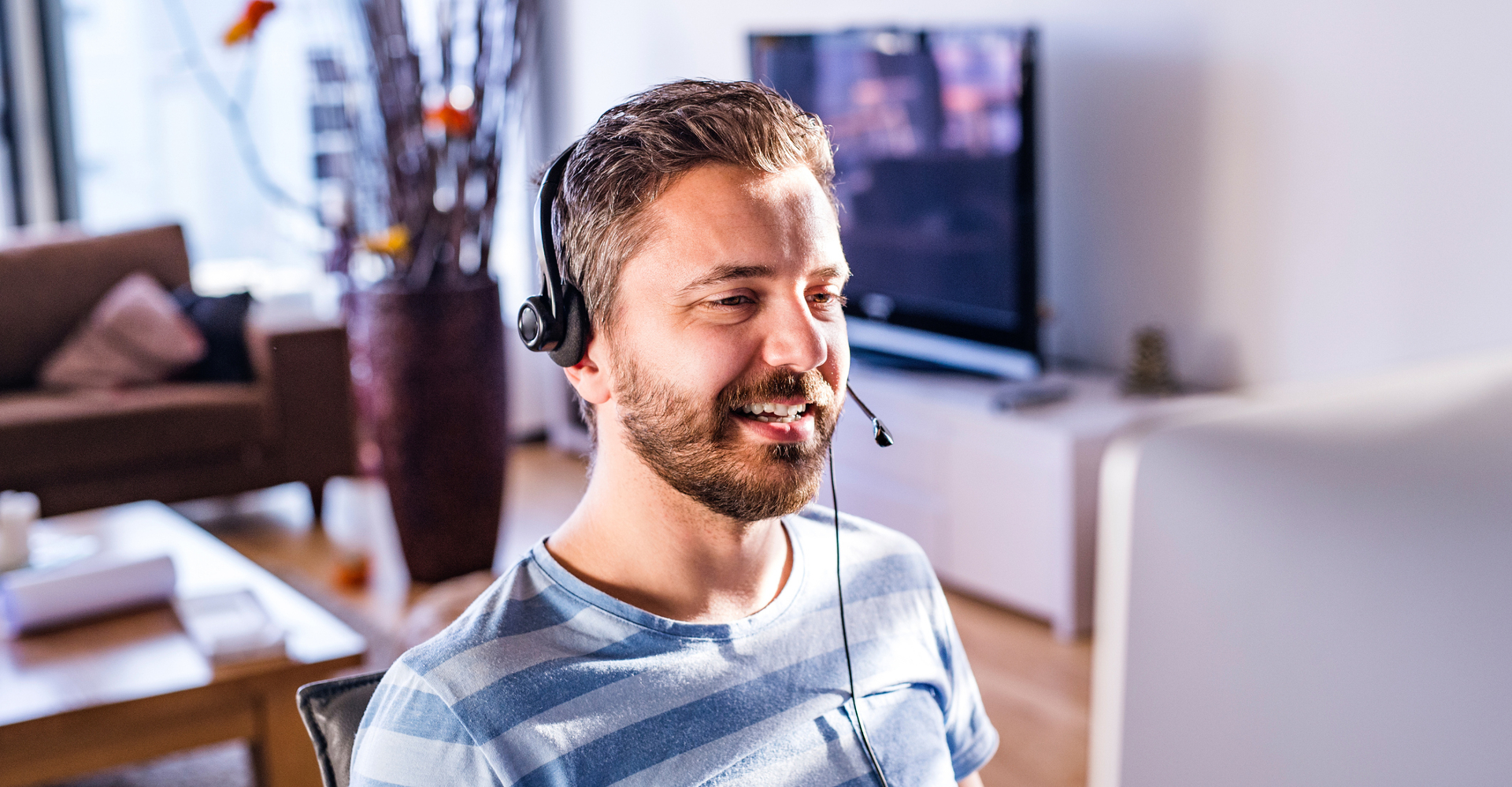Mann nutzt Büro Technologie im Homeoffice