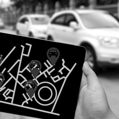 Ein Tablet zeigt Positionen von Mietwagen auf einer Karte