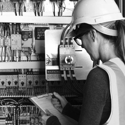 Junge Ingenieurin plant die Umrüstung einer elektrischen Anlage auf Smart Metering