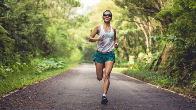 Frau joggt im Sommer.