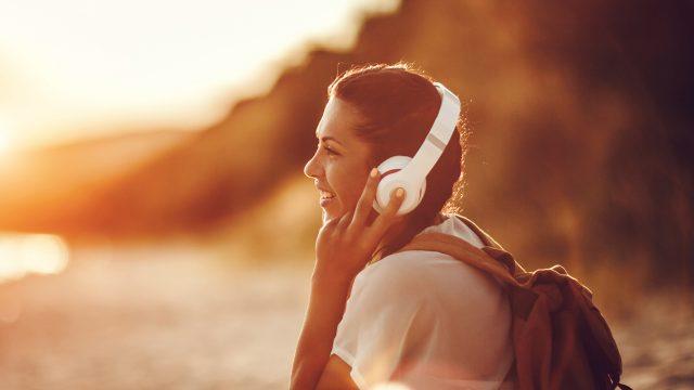Mit dem Smartphone hörst Du überall Musik.